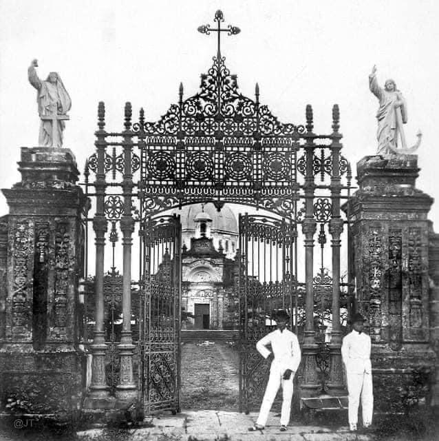 Entrance gate of the La Loma Cemetery