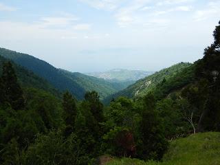 釈迦岳より遠方に日本海を望む