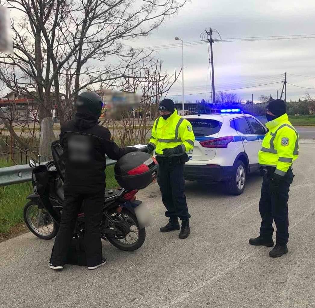 Εντατικοί έλεγχοι πραγματοποιούνται σε όλη τη χώρα από τις Υπηρεσίες της Ελληνικής Αστυνομίας για την εφαρμογή των μέτρων αποφυγής και περιορισμού της διάδοσης του κορονοϊού.