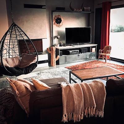 salon avec cheminée et fauteuil suspendu