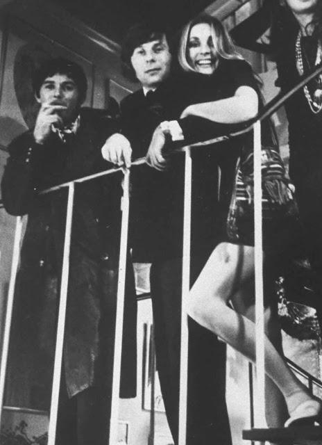 Jay, Roman e Sharon em escada