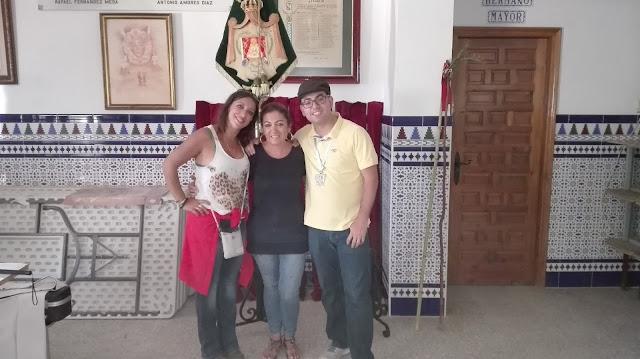 Con mi amiga Magdalena y Antonio Mata, guitarrista de la Hermandad.