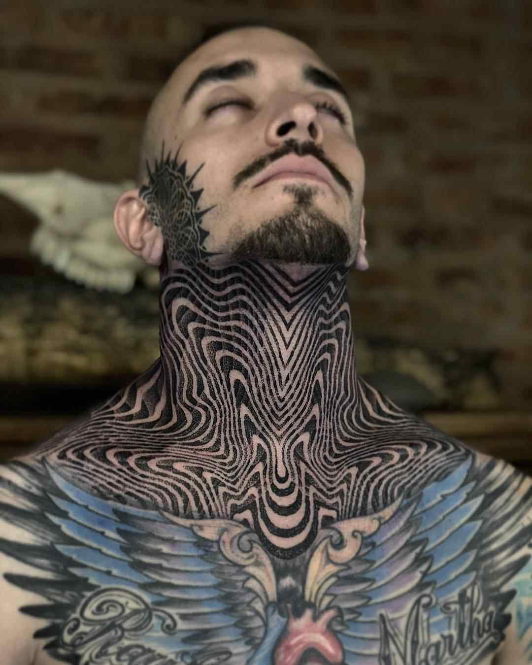 Vemos un tatuaje geometrico en blanco y negro en el cuello de un hombre