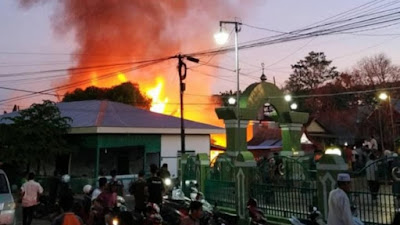 BREAKING NEWS: Rumah Terbakar Di Depan Masjid Tua Al Mujahidin Bone