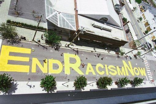 Pintan mensajes contra el racismo en calles de Estados Unidos