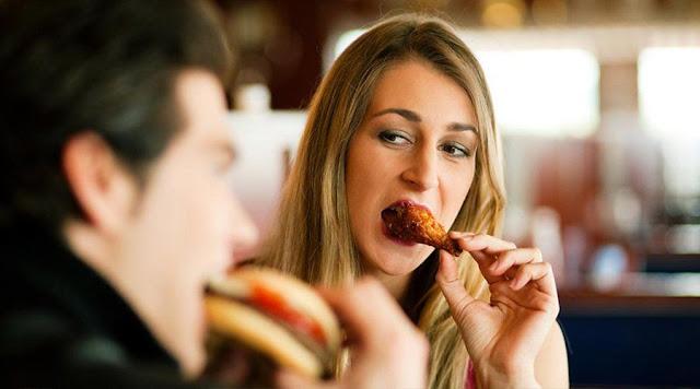 Las mujeres aceptan citas solo para comer gratis, revela estudio