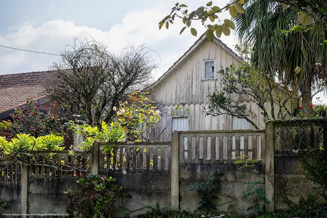 Casa de madeira na Rua Vitório Foggiato