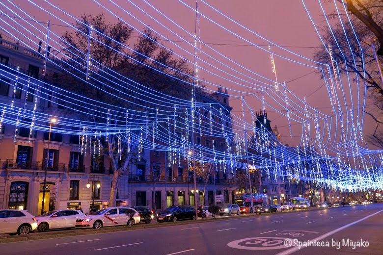 クリスマス用ブルーのライトが美しいマドリードのアルカラ通り