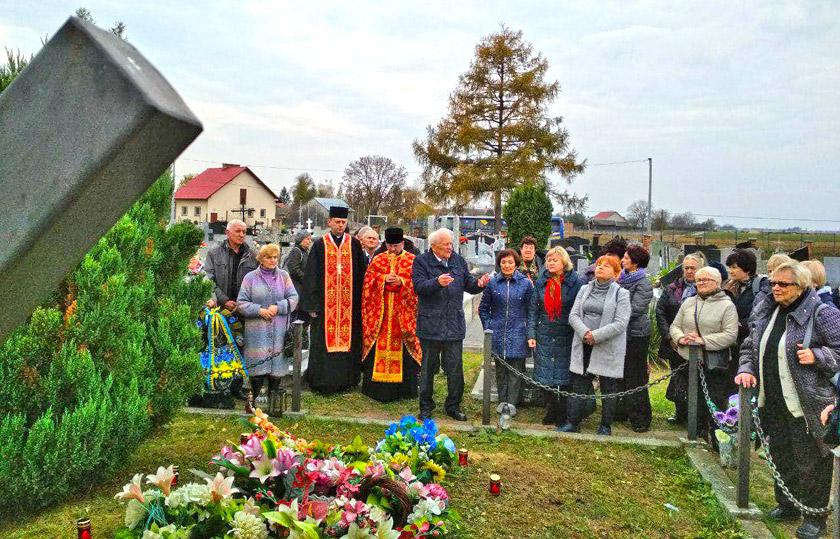 Біля групової могили на цвинтарі