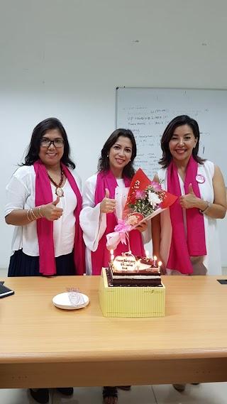 Peringati HUT Ke-2, GK Ladies Lakukan Aksi SimpatiK Bagi-Bagikan Bunga Di Jalan