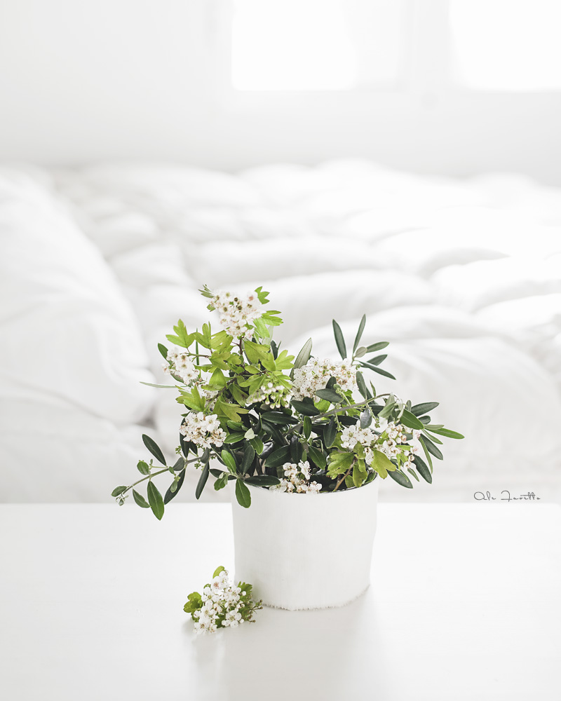 Bienvenida primavera: convierte jarrones de cristal en floreros de tela blanca