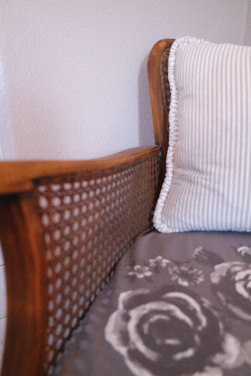 Kleines Gelbes Haus Alter Sessel In Neuem Glanz