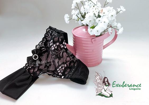 Calcinha preta com fundo rosa, frente e fion dental em renda da Exuberance Lingerie