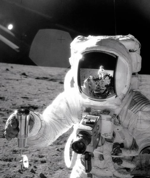 Astronauta da missão Apollo 12 Charles Conrad refletido no visor de Alan Bean durante visita a Lua em 1969