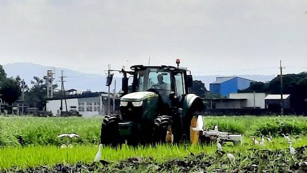 學生駕駛的新型犁耙曳引機,較傳統迴轉犁對土壤及環境更友善
