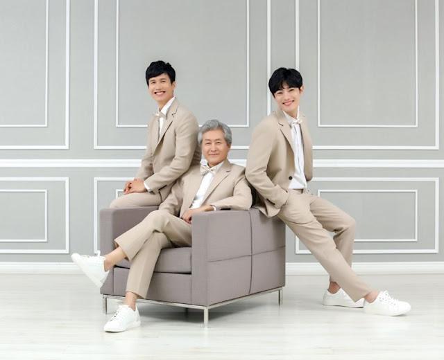 pose-keluarga-tiga-orang-duduk-kursi-paling-instagramable