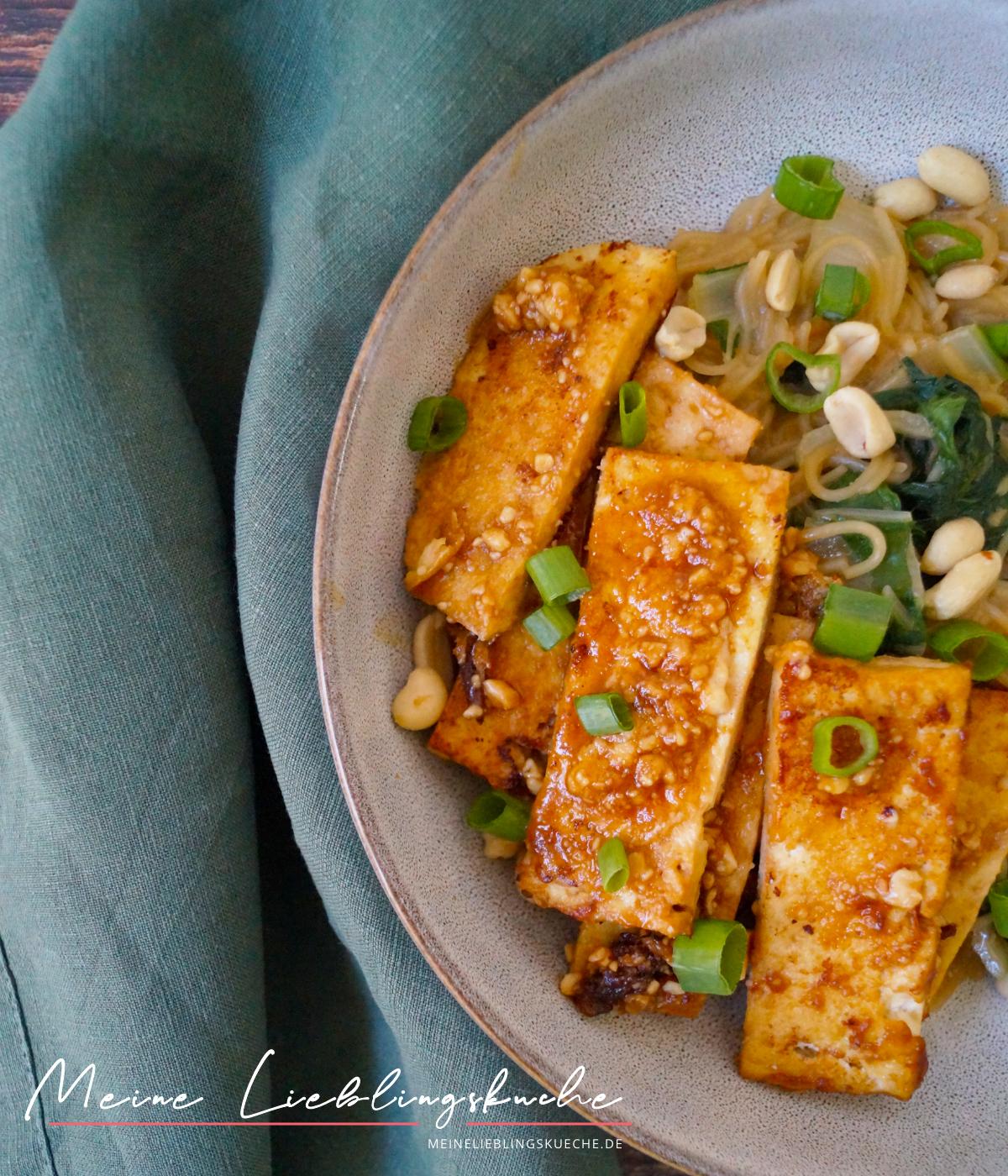Reisnudel-Mangold-Pfanne mit Erdnuss-Sauce und Tofu