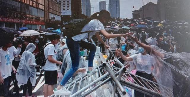 Bentuk Penghormatan Untuk Pendemo Hongkong Yang Tewas, Lokasi Ini Dipenuhi Bunga