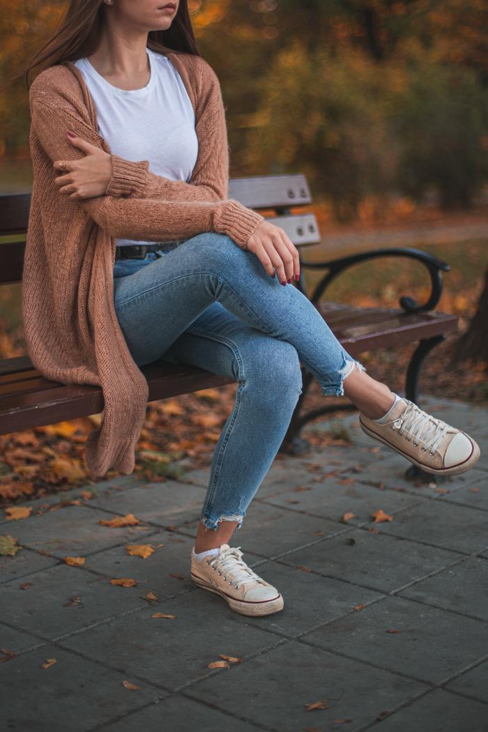 jesienna stylizacja z jeansami