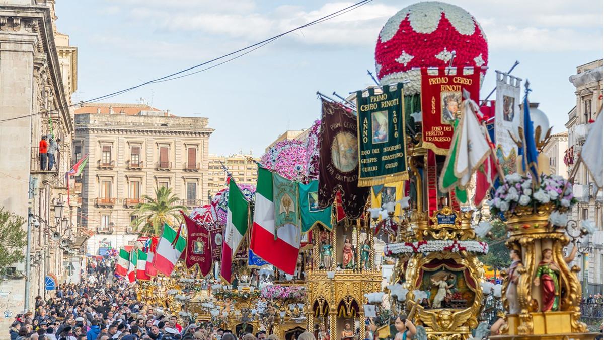 Candelore in processione per la Festa di Sant'Agata