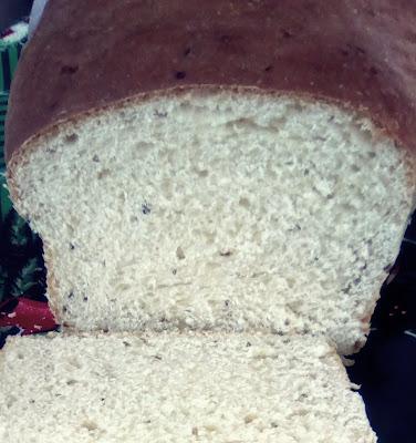 Esta receita de pão de leite com erva doce é daquelas com gostinho de infância, de receita caseira, que lembram aquele pão caseiro feito pela vovó. Trata-se de um pão extremamente macio, com um perfume delicioso, que se espalha pela casa e chama a família toda para a mesa do café da tarde. Experimente e ela se tornará, certamente, uma de suas receitas de pães preferida.