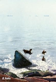 水彩画 カモと海 キラキラ光る春の海。岩が転がる波打ち際にゆらゆらと3羽のカモが浮かんでいる。遠く貨物船が小さくかすかに見える。