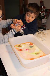 crianças com seringa a colocar vinagre num recipiente