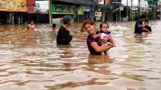 hujan juga menyebabkan meluapnya sungai Kampar dengan ketinggian banjir mencapai 50 cm
