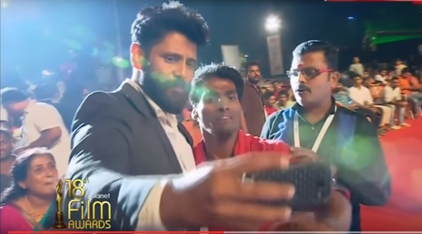Actor Vikram Reacted Towards His Fan At Asianet Film Awards