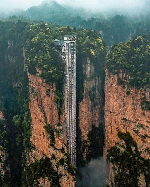 Hình chụp từ xa của thang máy Bách Long cao nhất thế giới