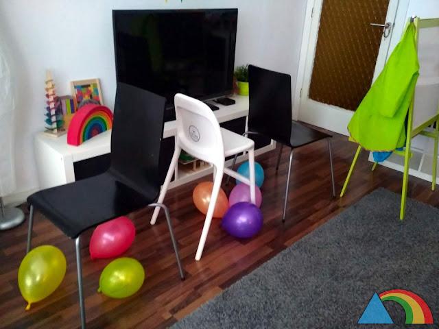 Túnel de sillas con globos debajo