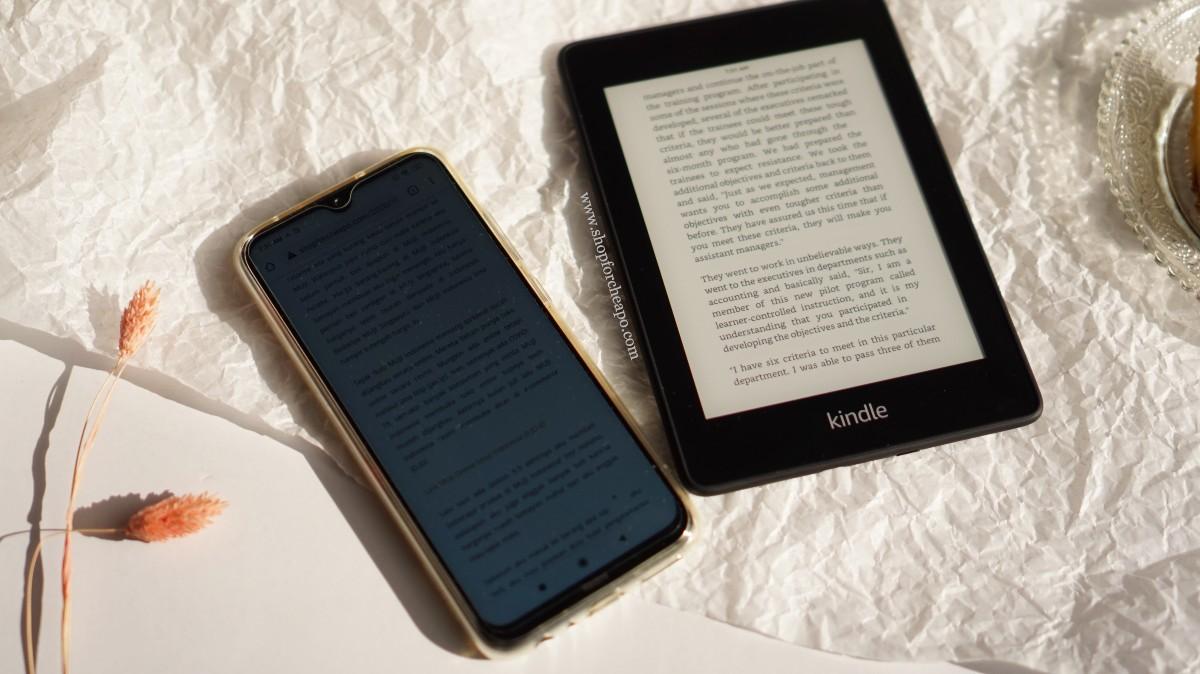 perbandingan layar smartphone dan layar kindle saat terkena sinar matahari langsung