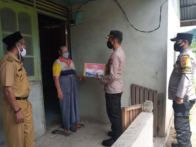 Kapolres Natuna Berikan Bantuan Kepada Masyarakat Yang Terdampak Covid-19 di Bunguran Timur