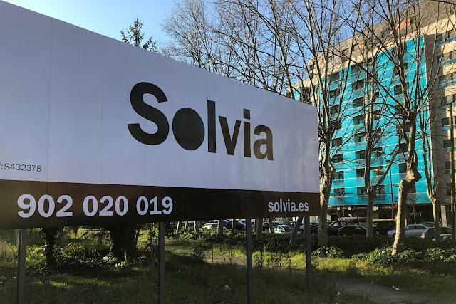 Cartel de la inmobiliaria del Banco Sabadell colocado en Serralta