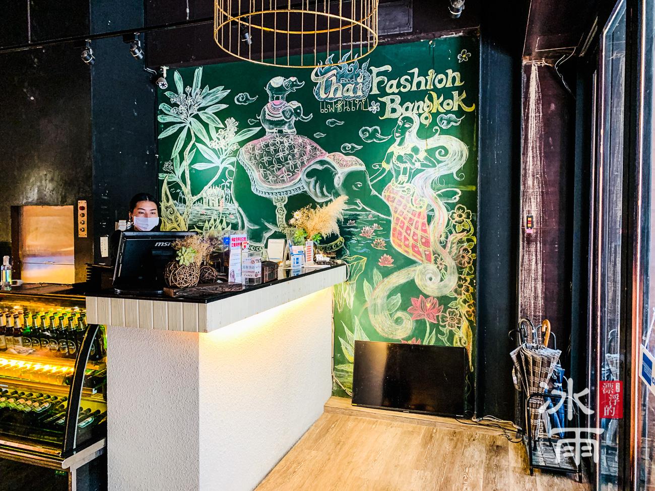 超有風格的手繪牆壁,色彩鮮豔像是真的到了東南亞