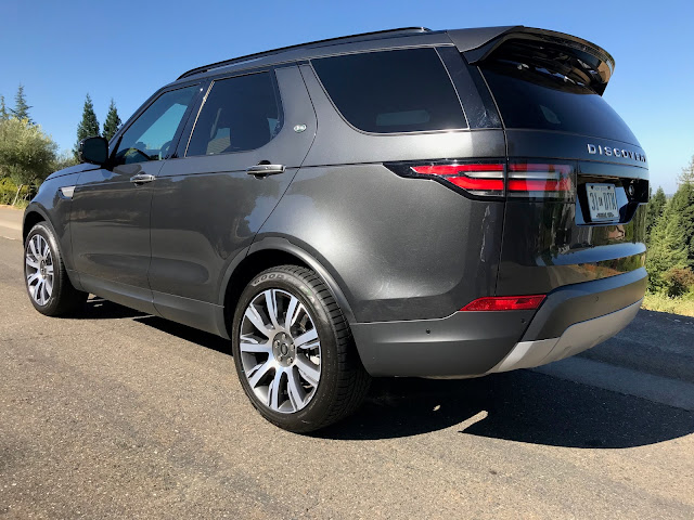 Rear 3/4 view of 2019 Land Rover Discovery HSE
