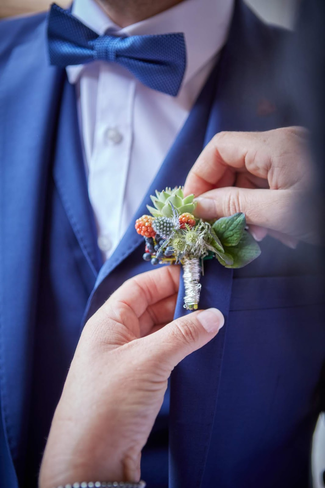 Getting Ready Bräutigam, Corsage Passiflori Blumen Penzberg,  Berghochzeit in Tirol, Mountain wedding, Pure Resort Pitztal, Fotograf Marc Gilsdorf Alpenwedding, Hochzeitsplaneragentur 4 weddings & events, Uschi Glas, Styled Shooting, Destination Wedding Austria