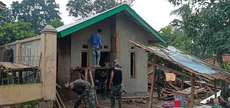 Pak Adat Bangga Rumahnya Dibangun Oleh Tangan TNI