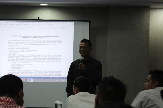 Fasilitator Simulasi Tindak Pidana Pemilihan, Zainul Azis memberikan bimbingan kepada peserta Simulasi