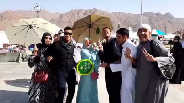 Ayu Ting Ting Joget bersama beberapa Pria di Bukit Uhud, Makkah