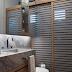 Banheiro cinza e amadeirado com cara de lavabo com área do box camuflada por ripado em mdf!