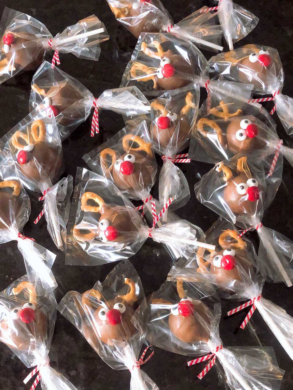 Rudolph the Reindeer Christmas Cake Pops {Tutorial}
