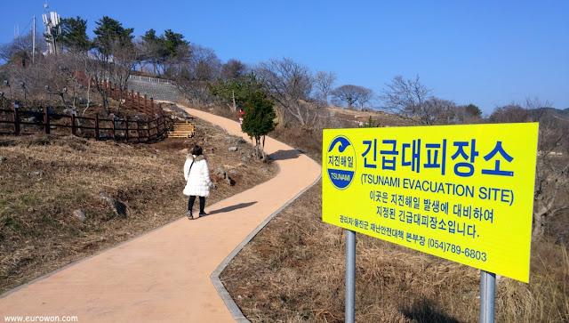 Refugio ante tsunamis en una colina de Hupo en Corea