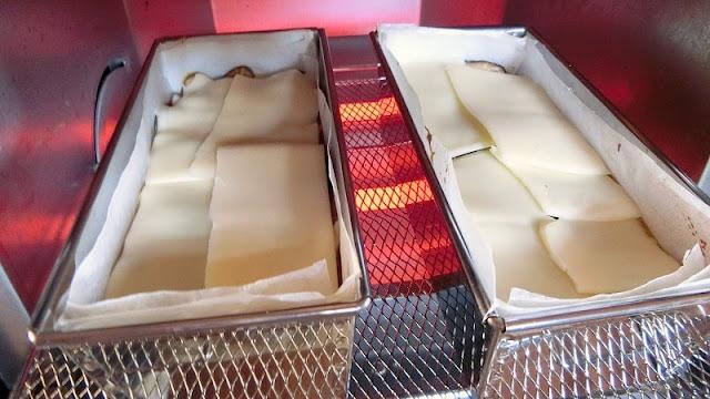 チーズをまんべんなくので、温度を下げて焼きます。