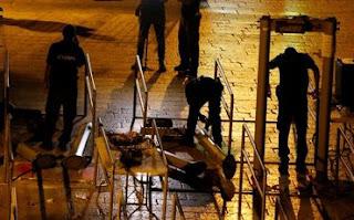 Israel sede a pressão e remove detectores de metal