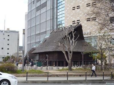 大阪歴史博物館前の藁葺屋根の家