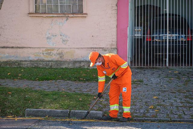Trabalhador da limpeza pública usando máscara em tempos de pandemia