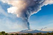 Gunung Berapi Etna Aktif Menyebarkan Abu Vulkanik