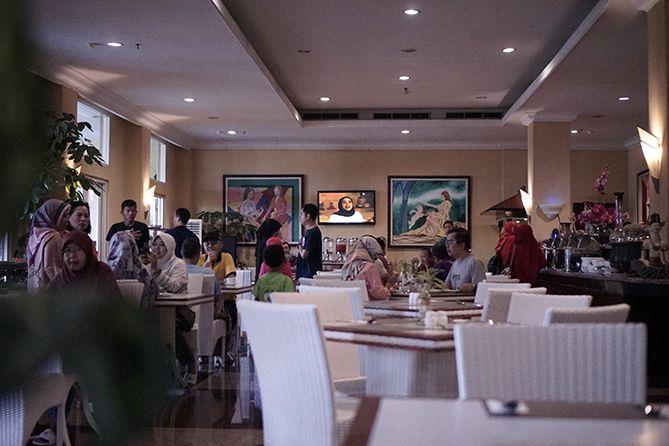 Tamu hotel yang sarapan di restoran