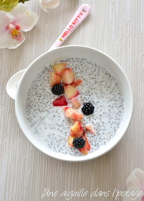 Pouding de chia au lait de coco et fruits de saison
